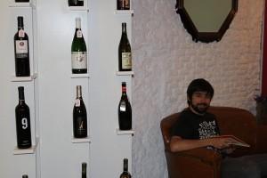 leyendo y bebiendo