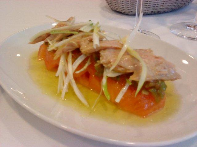 ensalada de ventresca, cebolla y tomate