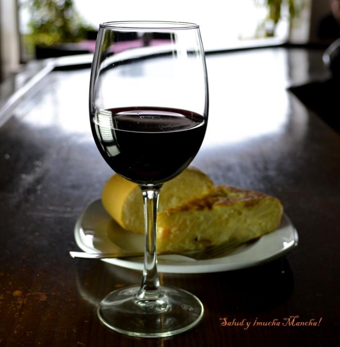 Copa de vino y pincho de tortilla