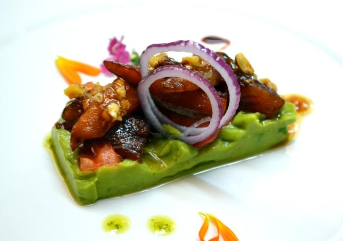 Ensalada de Aguacate, Tomate, Caballa marinada y frutos secos con angostura