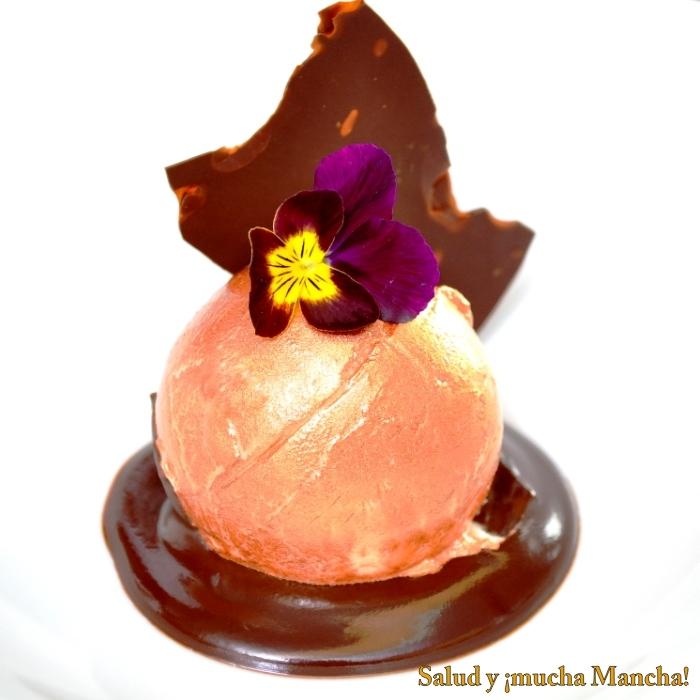 Esfera de jenjibre al bronce sobre cacao