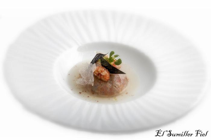 Bombón de moluscos y crustáceos en sopa de hinojo y cítricos