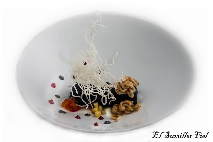 Canelón de arroz negro y calamar con Biquet de crustáceos de Hostelería Toledo