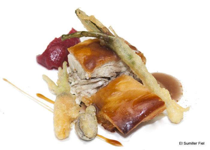 Cochinillo asado, verdura en tempura y pera al vino