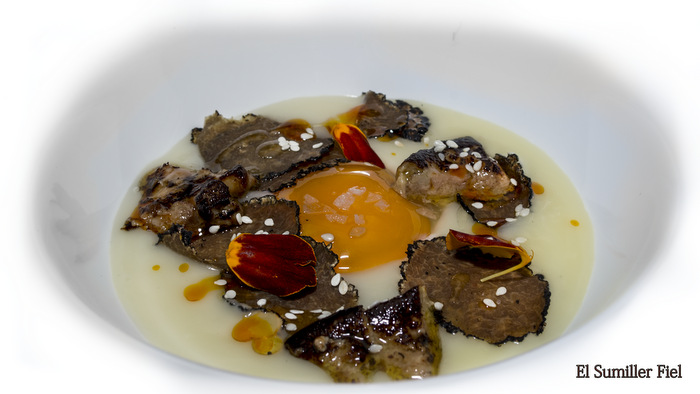 Huevos trufados, crema de patata asada y foie