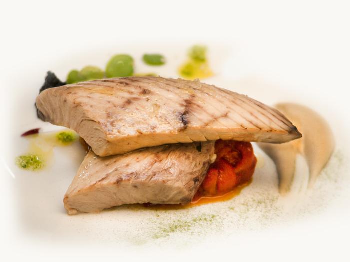 Ventresca-asada-con-pimientos-y-crema-de-cacahuete-del-Restaurante-Granero-de-Quintanar-de-la-Orden