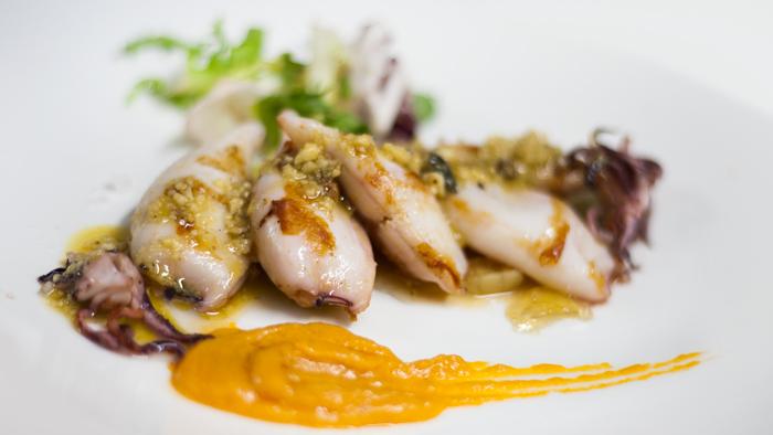 Chipirones-y-frutos-secos-del-restaurante-granero