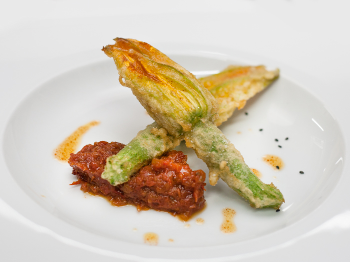 Flor-de-Calabacin-en-tempura-y-pisto-manchego-restaurante-granero-quintanar-de-la-orden