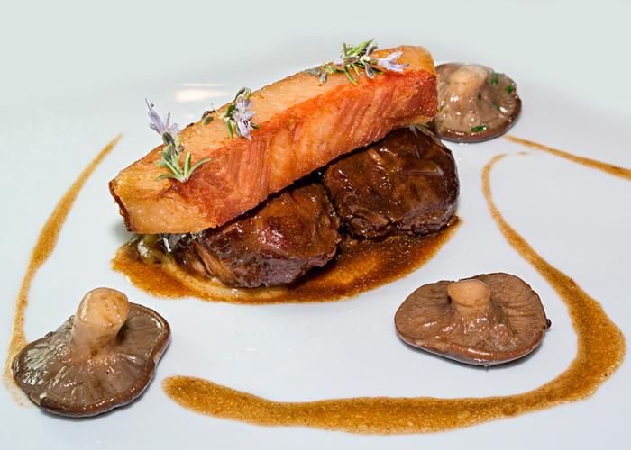 carrilleras-con-papada-y-setas-taberna-gastronomica-las-rejas-700