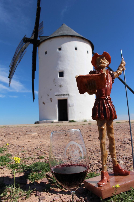 Vino, Quijote y molinos, es la sociedad común de los manchegos