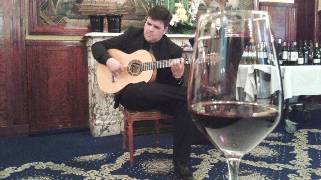 El guitarrista y cantaor flamenco Fernández del Moral durante su actuación para los vinos DO La Mancha