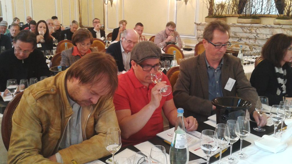 Importadores y profesionales del sector durante la presentación del seminario