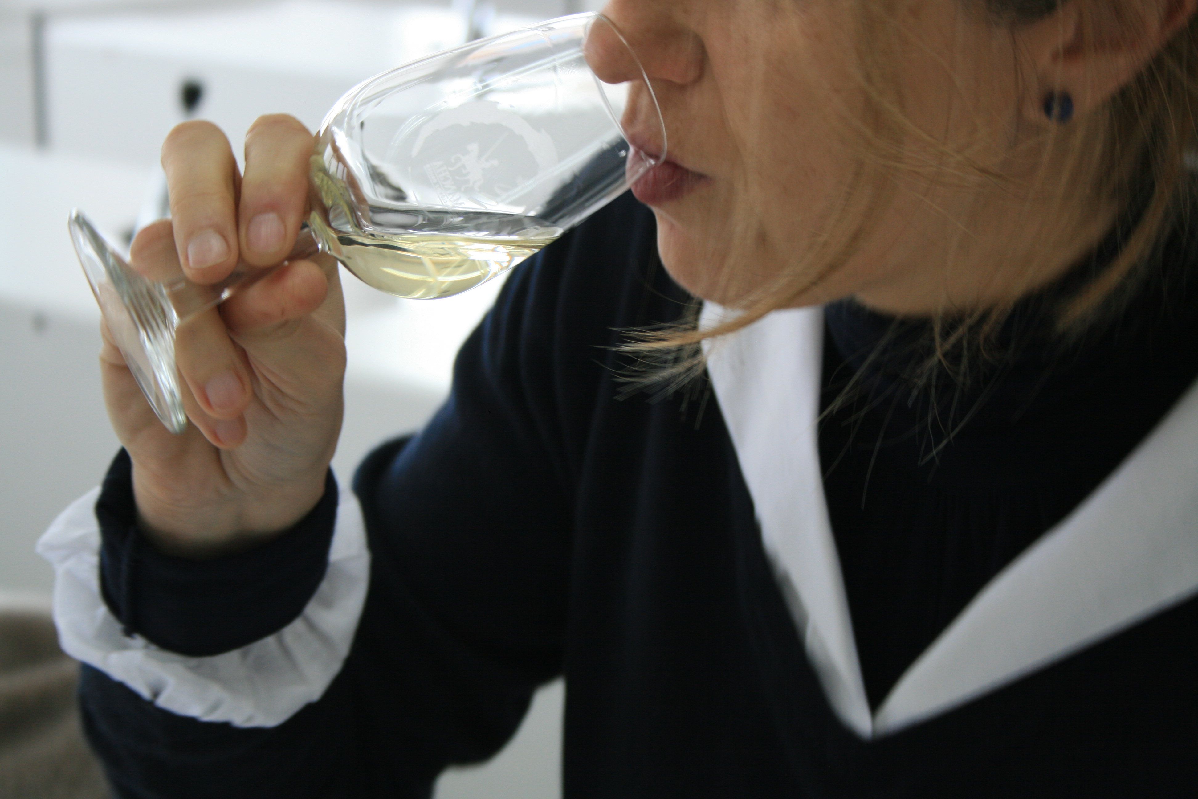 Una catadora del panel de cata evaluando un blanco DO La Mancha