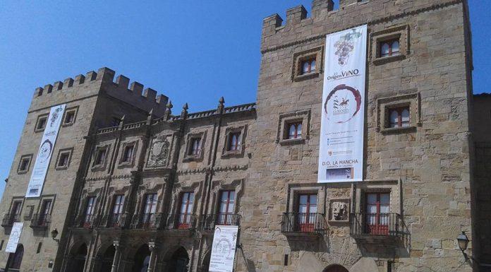 hada exterior del Palacio de Rivalligigedo con el cartel de los vinos DO La Mancha