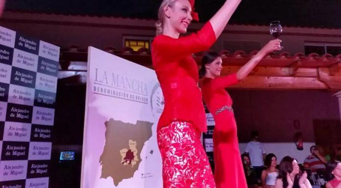 Dos modelos brindan con un tinto DO La Mancha en el desfile