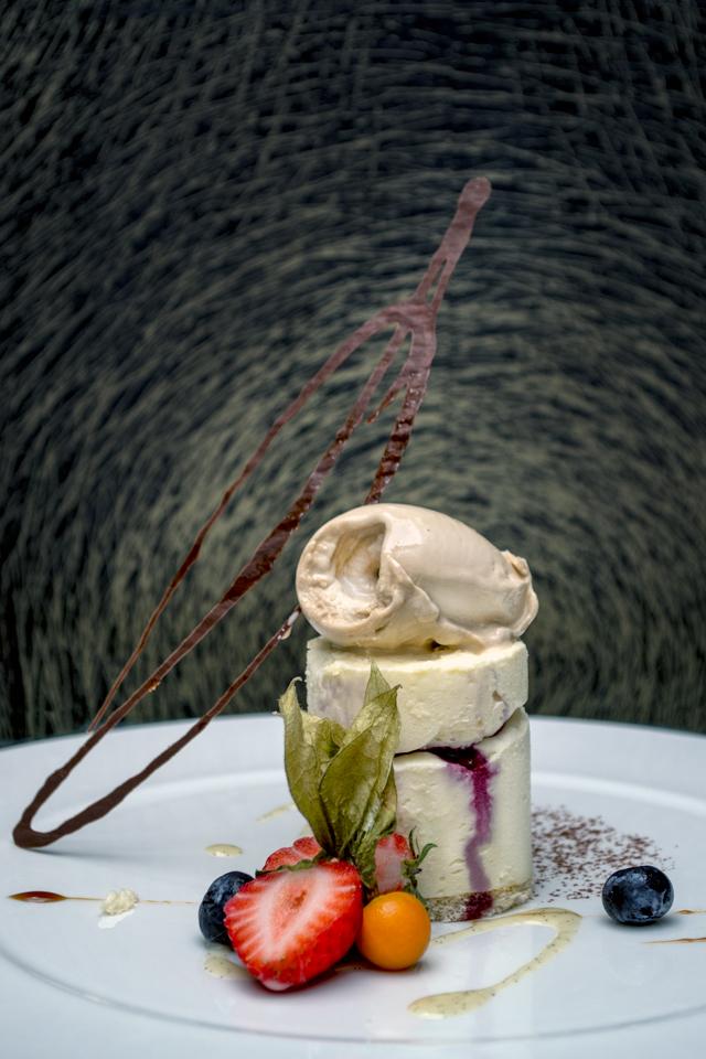 Postre-de-chocolate-blanco-con-frutos-rojos-y-helado-del-restaurante-granero-de-quintanar-de-la-orden
