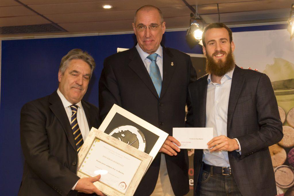 Martín Zarco, Pte DO La Mancha entrega el premio a Sergio Rodríguez junto a Rafael Rullán, Pte de Fundación Real Madrid