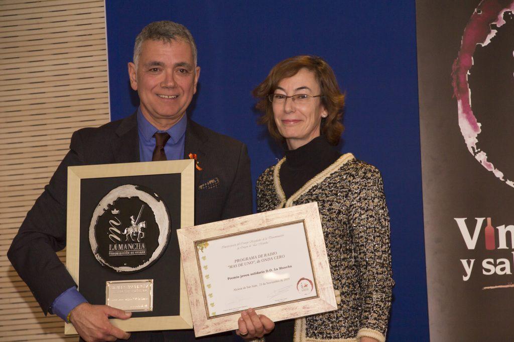 Juan Ramón Lucas junto a la directora de Fundación Atresmedia Carmen Bieger