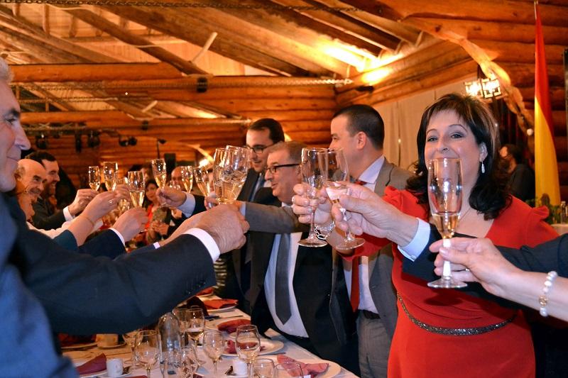 Premiados por el El progreso brindis inicial con vino DO La mancha antes de la cena
