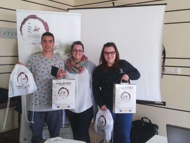 Los ganadores con Alicia Morales, coordinadora del taller de aromas
