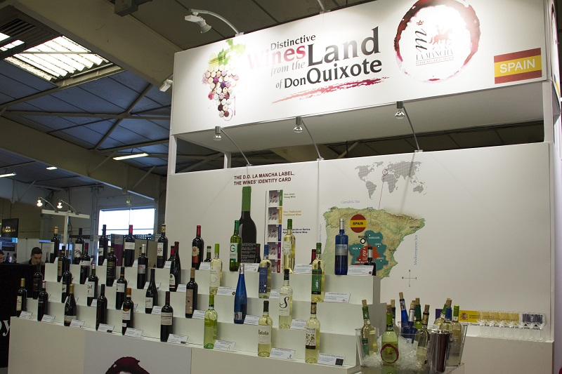 Stand propio con degustacion de vinos DO La Mancha en Vinisud