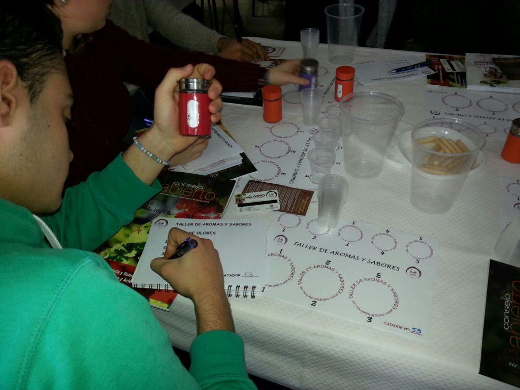 Un joven trata de discernir la esencia jugando en el taller de los aromas