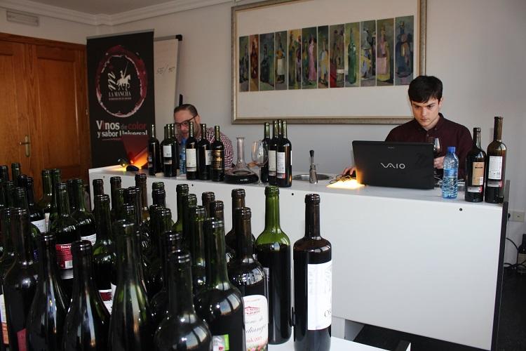 Catadores de Guía Peñín en la sede del Consejo Regulador DO La Mancha