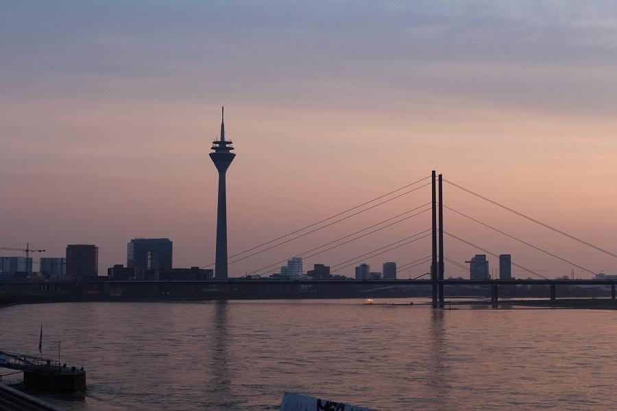 Ein spektakulärer Blick auf den Rhein kann man aus dem Rheinturm erblicken
