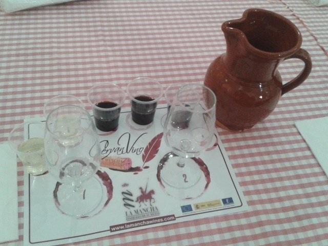 El vino se srivió en jarras de barro como las del Siglo de Oro