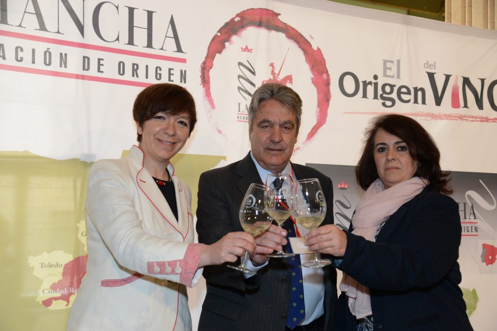 Presidente del Consejo Regulador junto a la Primer Edil de Alcázar de San Juan y la representante de la Diputación provincial de Cuenca