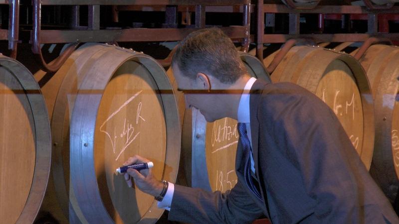 Felipe VI firmando sobre un vino crianzaDO La Mancha