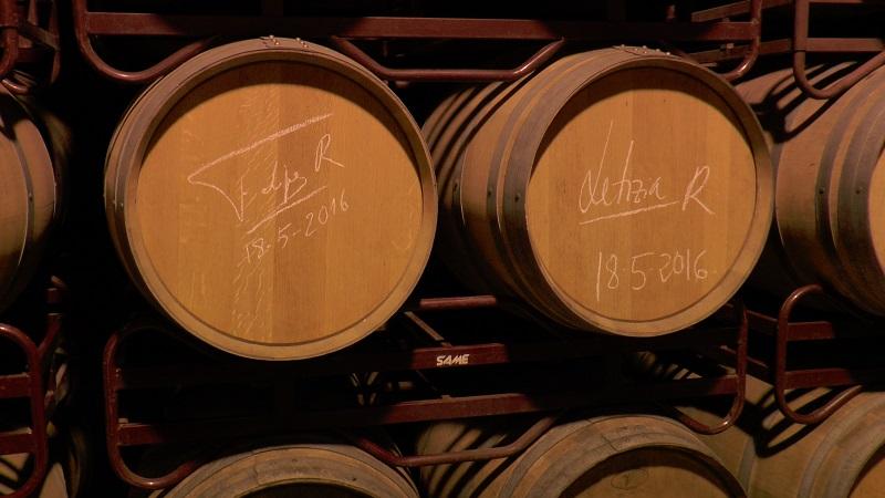 Firma real en la sala de barricas de Virgen de las Viñas