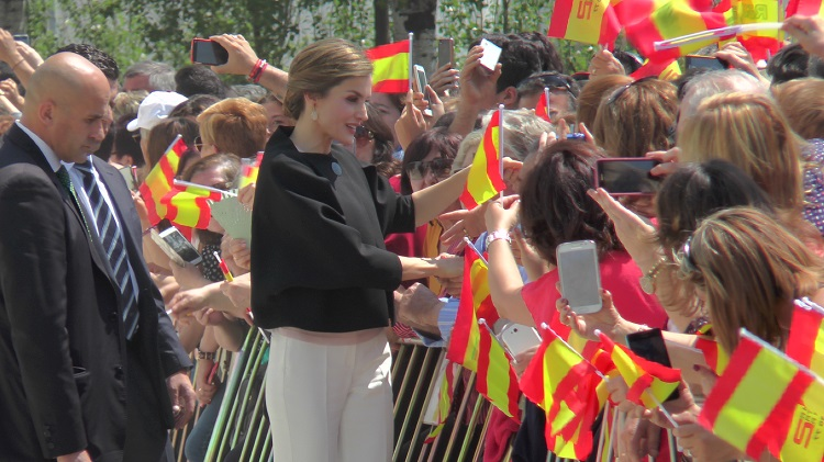 La reina Letizia saluda a los vecinos tomelloseros
