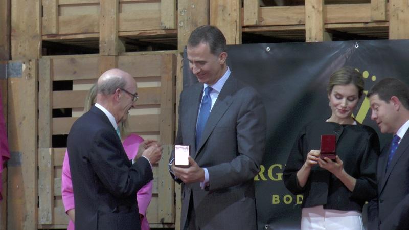 Rafael Torres, Pte de Virgen de las Viñas impone la insignia de oro al Rey Felipe VI