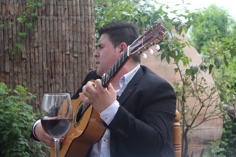 Ricardo Fernández con un vino DO La Mancha