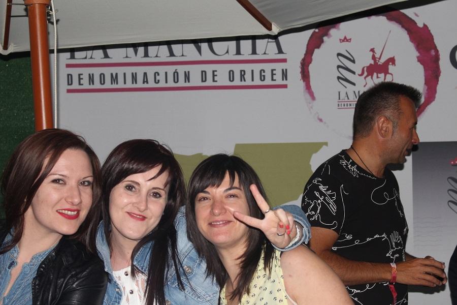 Jóvenes posan delante del photocall DO La Mancha del Festival de los Sentidos