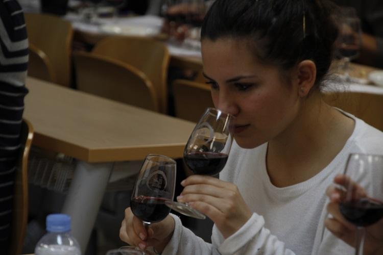 Vino y gente joven fue la apuesta de los vinos DO La Mancha en el maratón del vino celebrado en la UCM