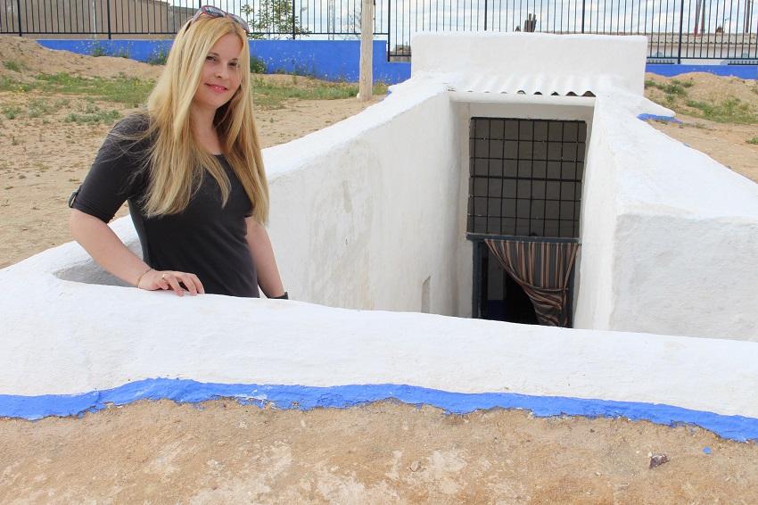 Nuria Muñoz, empleada municipal del Ayuntamiento de Villacañas, en la entrada de un silo