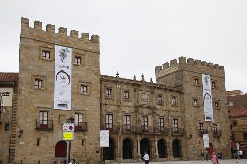 El Palacio de Revillagigedo con sendas banderas del Consejo Regulador