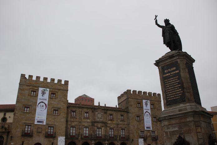 n Pelayo en el centro de la Plaza del Marqués