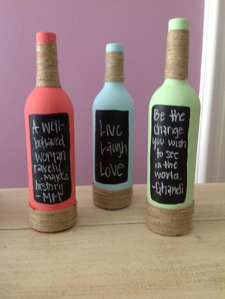 Reciclar botellas de vino con pintura de pizarra y yute
