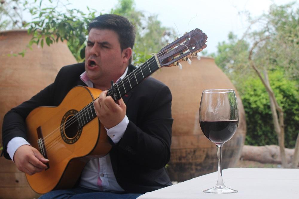 Ricardo Fernández, suele calentar la garganta de flamenco con un vino DO La Mancha
