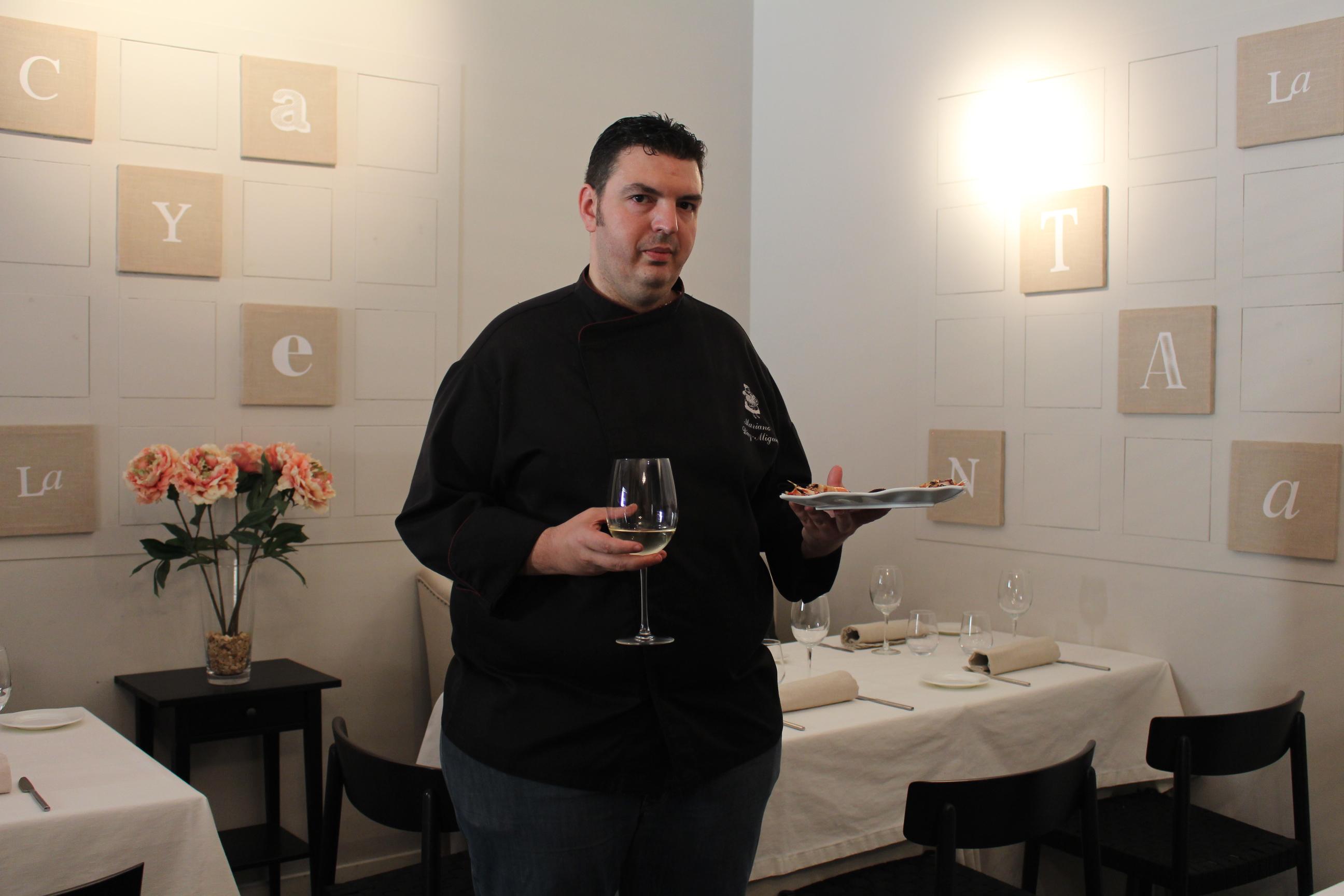 El chef y responsable de La Cayetana Mariano Díaz-Miguel explica su plato de pulpo