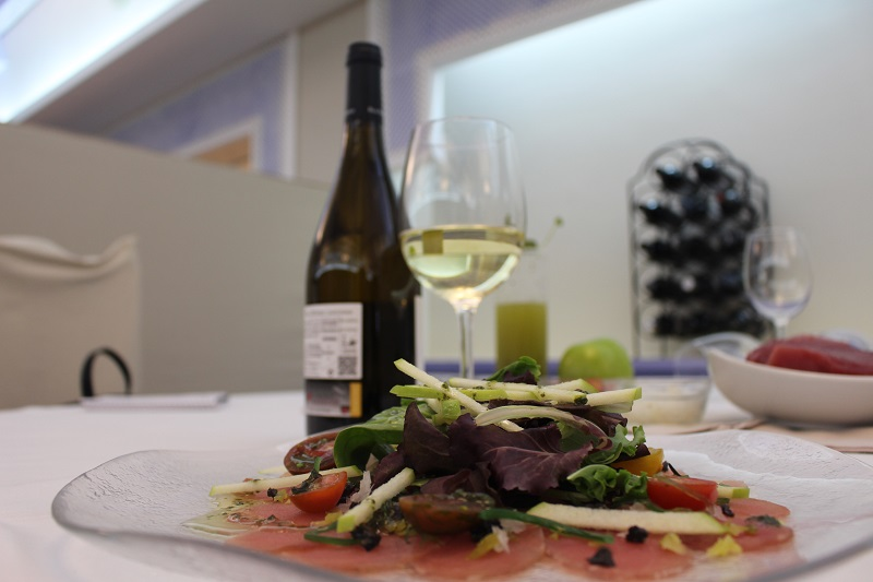 Red tuna salad paired with DO La Mancha Chardonnay