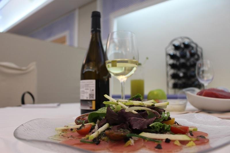 Red tuna salad paired with DO La Mancha Chardonnay