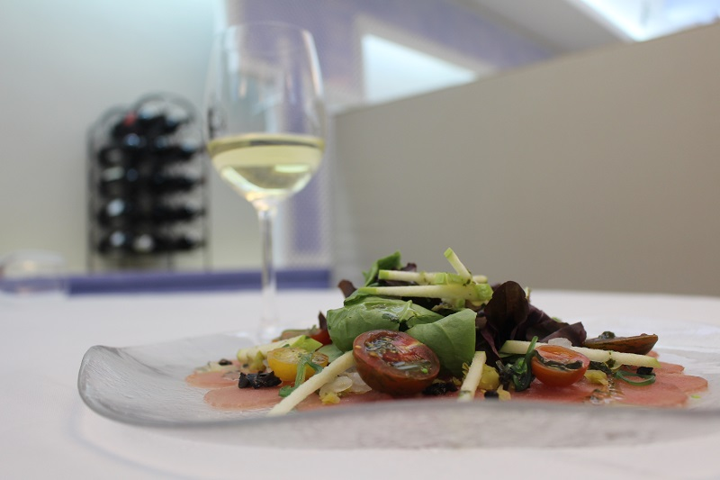 Red tuna salad with DO La Mancha Chardonnay