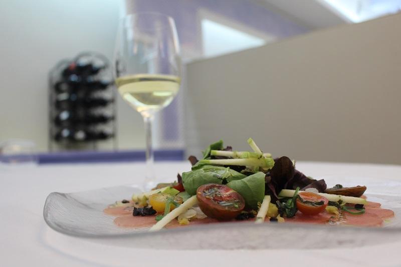 Red tuna salad with DO La Mancha Chardonnay