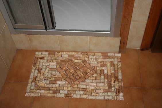 Reciclar corchos como alfombra de baño