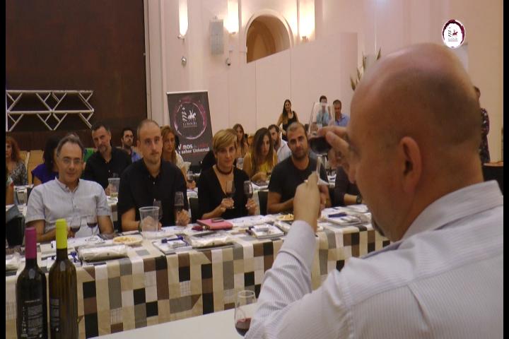 Ángel Ortega explica un tinto DO La Mancha a los periodistas toledanos