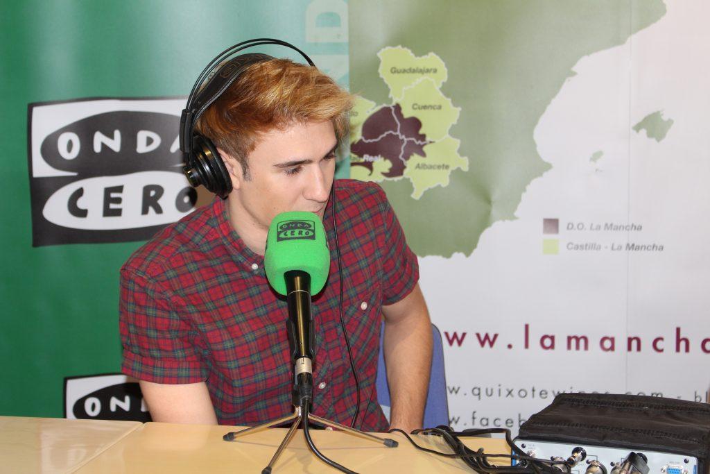 Dani Fernández cantante en Auryn en un programa radiofónico emitido en la sede del Consejo Regulador